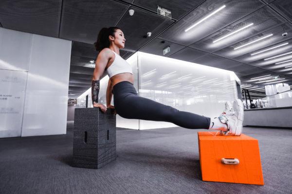 Sportübungen mit dem Xbrick Hocker